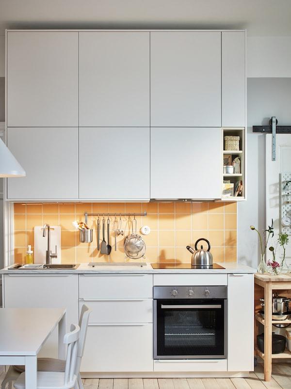 带水槽、炉灶和厨具的厨房工作台,上下层为白色前挡板的METOD 米多 柜子。