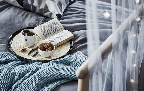 当压力开始增加时,可以去到一个安静的地方,泡上一杯茶,读着你最爱的书,把自己裹在各种舒适的纺织品中
