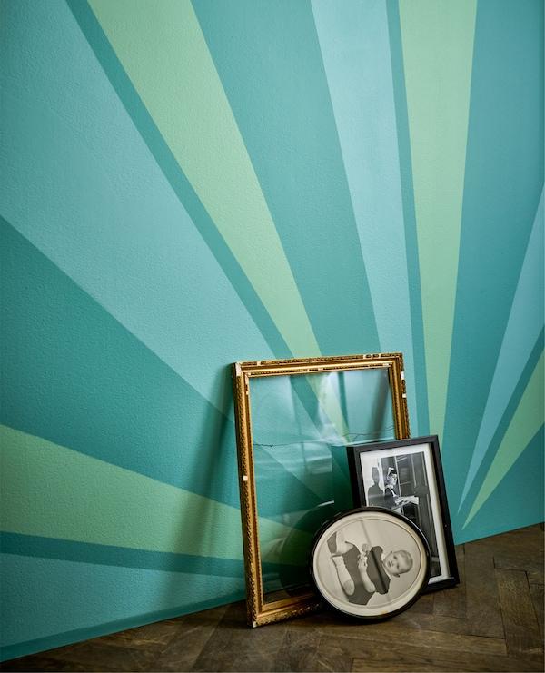 地板上的镶框家庭照片斜靠着墙壁。