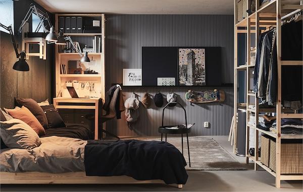 地下室或车库装饰着较高的窗户,且家具齐全,包括床、书桌和放着储物件的各类搁架单元。