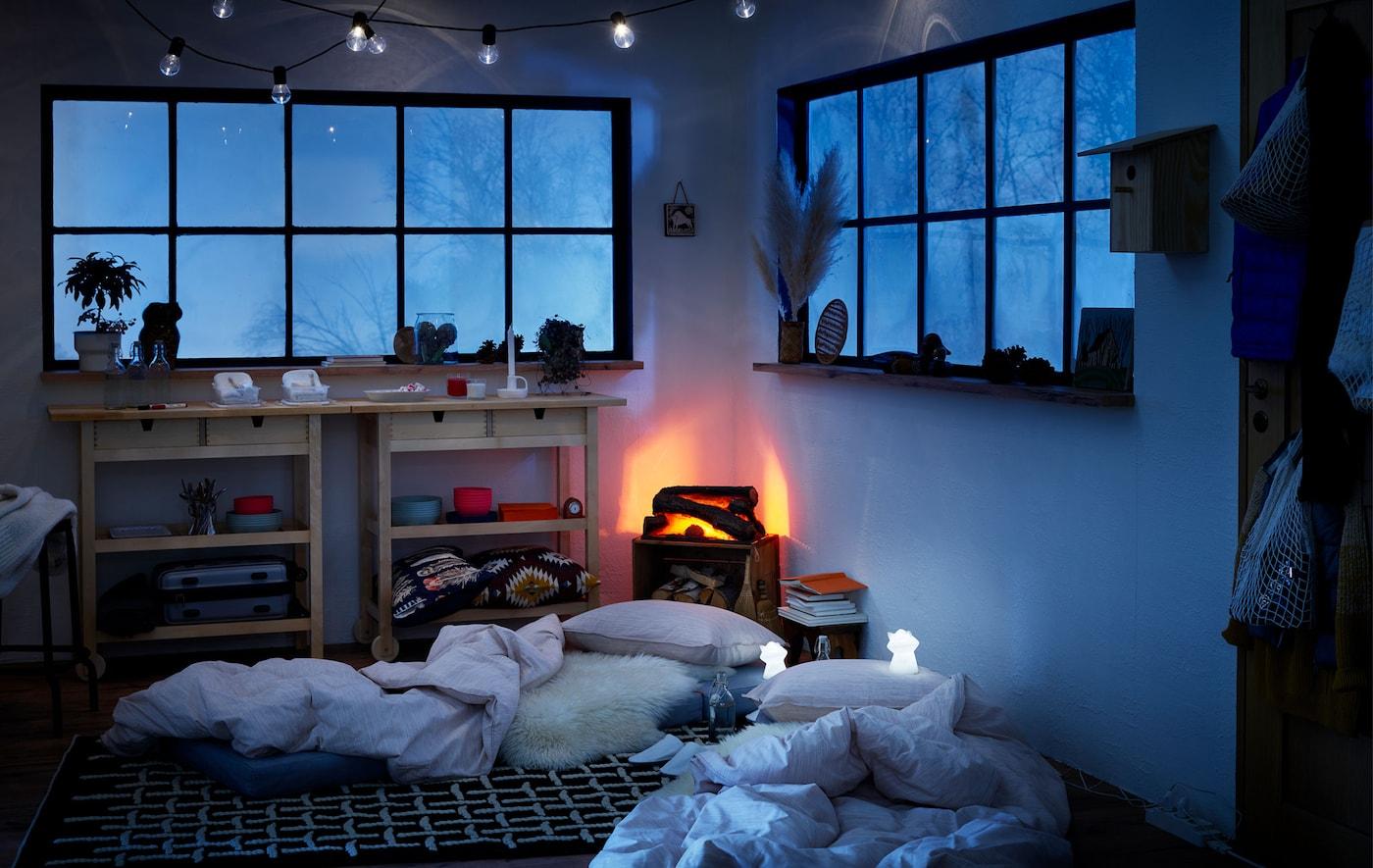 冬日木屋风格的室内装饰,地板上的床垫成了临时的床,旁边放着LED夜灯。