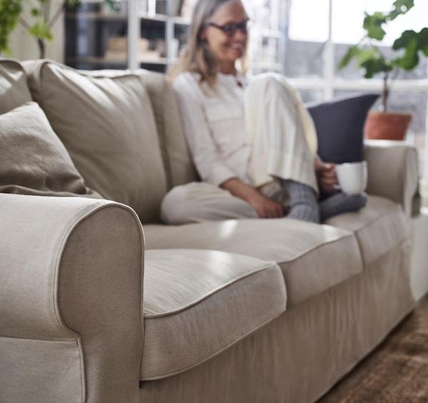 EKTORP 爱克托 三人沙发的缝合线牢固,沙发套可更换,靠垫可翻转使用,能让你在多年的使用中保持舒适体验。沙发套可拆下来机洗,便于保持清洁。