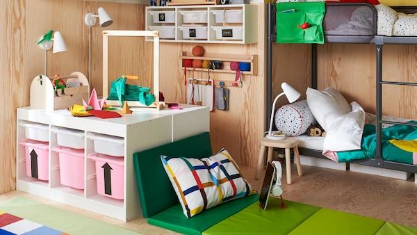 儿童房里放着TUFFING 图芬格 双层床、TROFAST 舒法特 储物柜和用PLUFSIG 普鲁希 可折叠健身垫打造的柔软座位区。