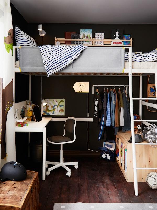 儿童房一角,有一架VITVAL 维特瓦尔 高架床,下面是学习角、一排挂着衣服的衣架,以及储物空间。