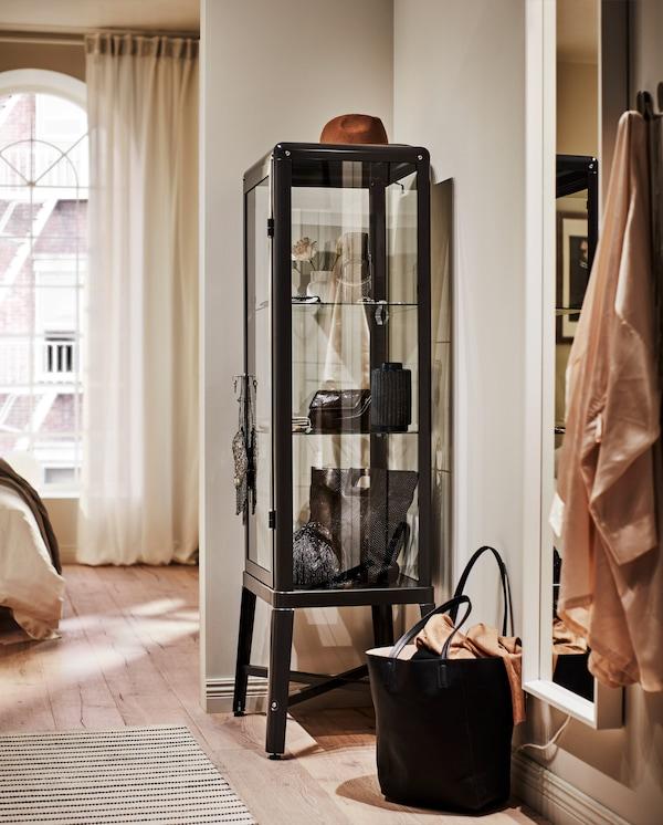 放置在角落内的深灰色玻璃门橱柜,展示着漂亮的鞋子和配饰。