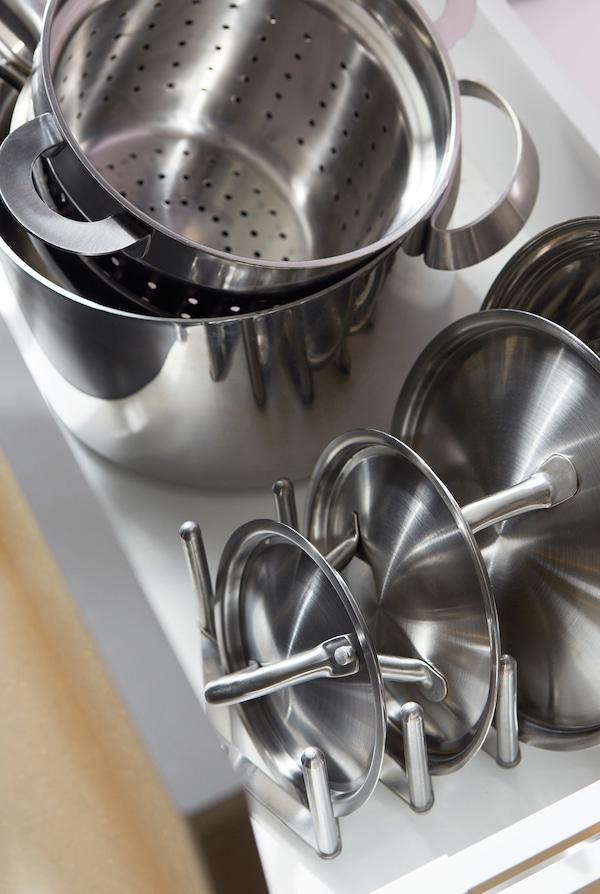 分别叠放平底锅和锅盖,充分利用空间。