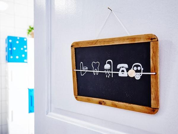 粉笔板上画着有趣的图标,标明了你可能还要等多久才能使用浴室
