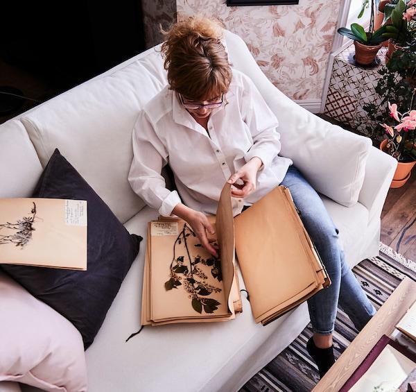 FÄRLÖV 法乐福 三人沙发采用袋装弹簧,非常贴合身形,为你带来非凡舒适体验。弧形扶手造型雅致,白色沙发套由清爽的可再生棉和亚麻制成。