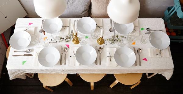 俯视图:餐桌上面摆好了餐具和刀叉。