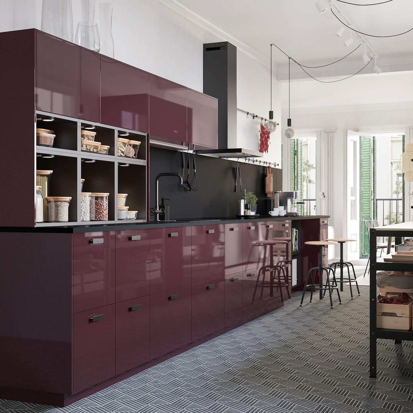 高光泽深红褐色调的厨房,饰有六边形图案的地板,带电线的裸灯泡从天花板上垂下。