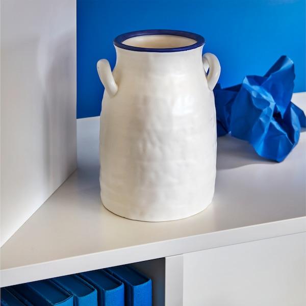 GODTAGBAR 古德塔巴尔 白色和蓝色花瓶采用粗陶手工绘制而成,造型设计参考了复古牛奶壶。