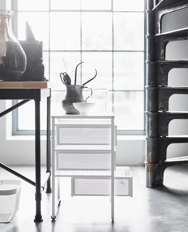 工业风家具与白色网格抽屉柜等轻质家具搭配,打造出柔和清新之感。