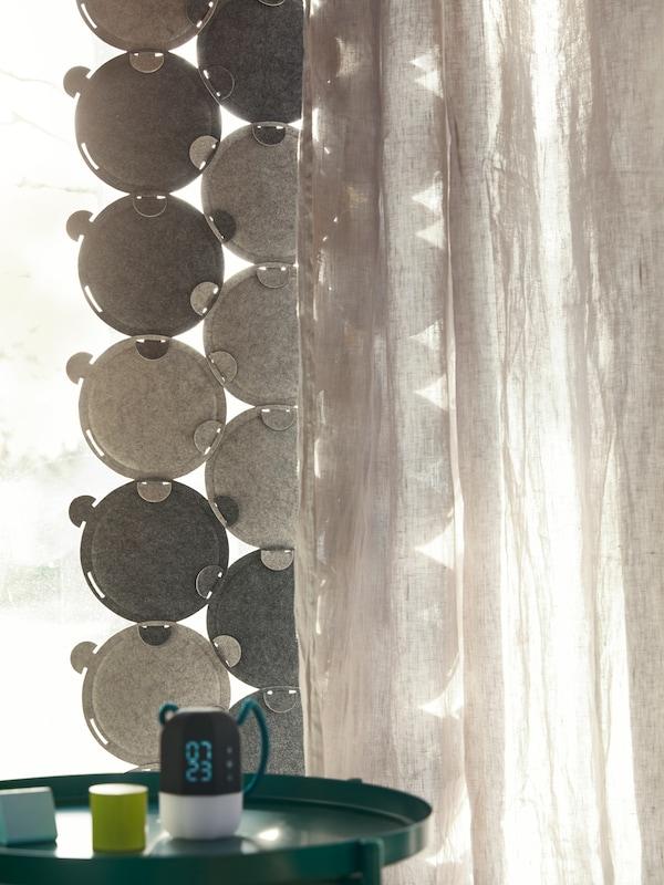 光线透过局部覆盖有ODDLAUG 奥德劳格 吸音板和不透明窗帘的窗户抵达室内。