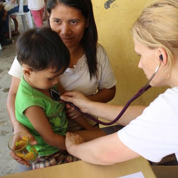国际医生给难民看病