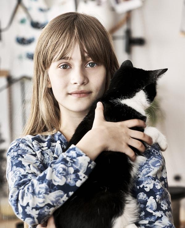 Hania和她的猫的照片。