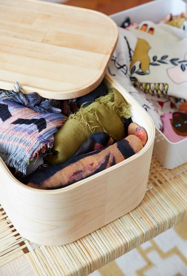 盒子里装满了各种彩色图案的围巾。