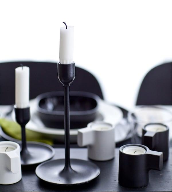 黑白色调的桌面上摆放着蜡烛台。