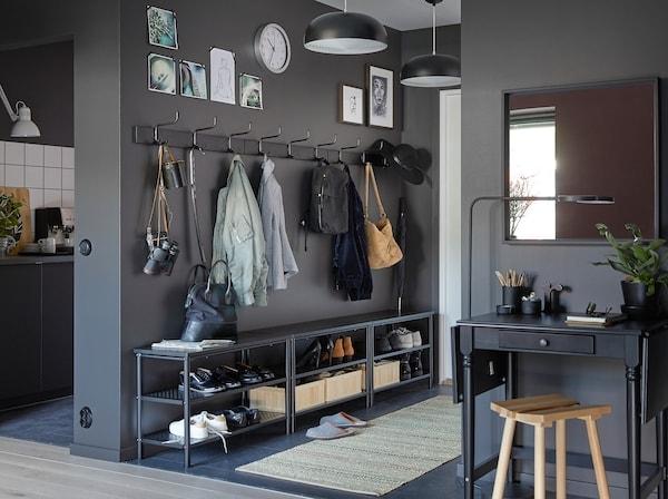 黑色的PINNIG长椅/鞋架和PINNIG机架组合在一起,墙壁上的黑色挂钩,在狭窄的门厅创造出更大的空间。