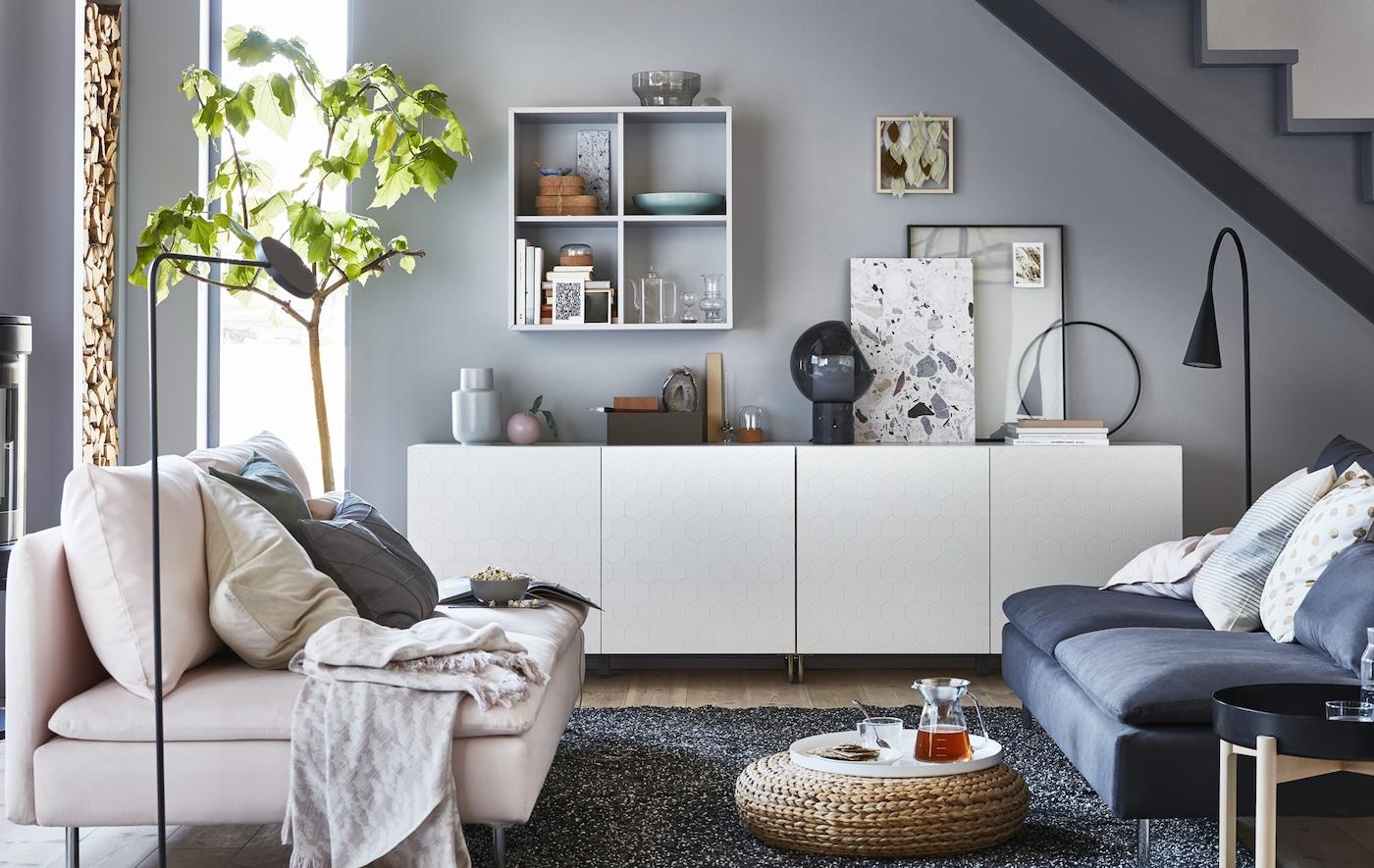 灰色和白色的客厅内放有低矮的储物单元。