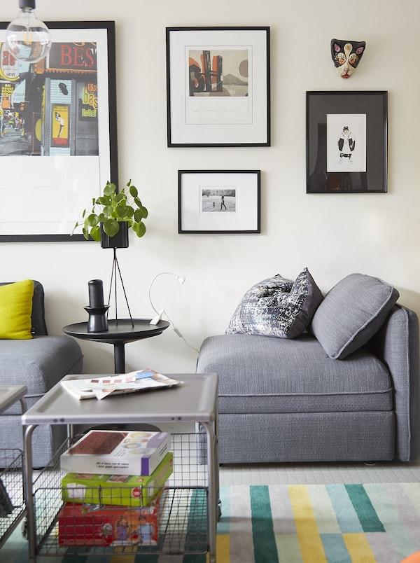 灰色模块式沙发和图片墙。