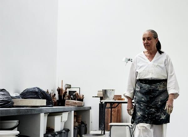 Ingegerd Råman正穿着围裙在工作室里忙碌。
