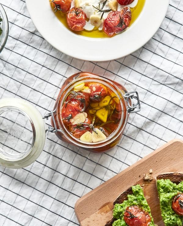 计划在客厅办一场晚宴,需要一些烹饪方面的帮助?用多个精巧的盛具放置食物,让一切整洁有序,比如宜家 VARDAGEN 瓦达恩 透明玻璃附盖罐。