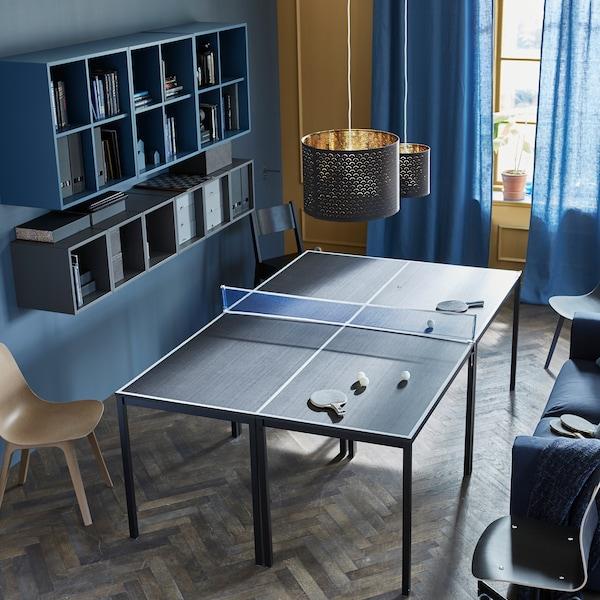 将4张桌子拼在一起,中间摆上一张网,即可打造出乒乓球桌,你还可以在四周摆上座椅,营造出比赛氛围。