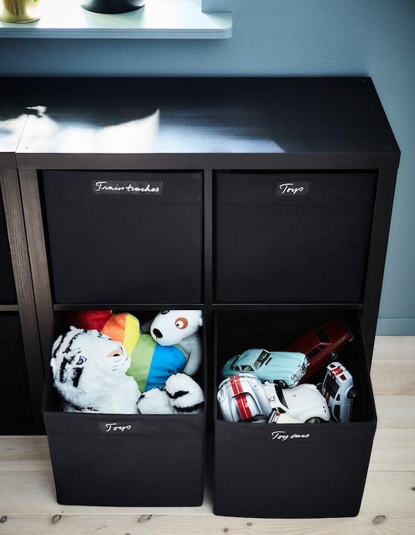 将孩子的玩具收纳到贴有标签的 DRÖNA 德洛纳 储物盒里,便于拿取和存放。