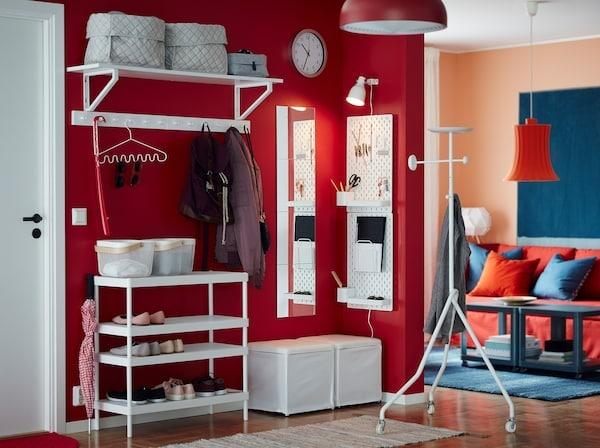 将可叠放的 MACKAPÄR 马凯帕 鞋架和白色墙搁架、脚凳和洞洞板搭配使用,可以在狭小的开放式门厅存放鞋子、外套和小物件。红色的墙壁可增添一丝温馨的氛围。