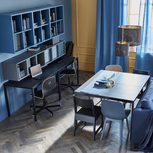 将两张桌子拼在一起作为日常餐桌,将另外两张靠墙放置,打造办公空间。