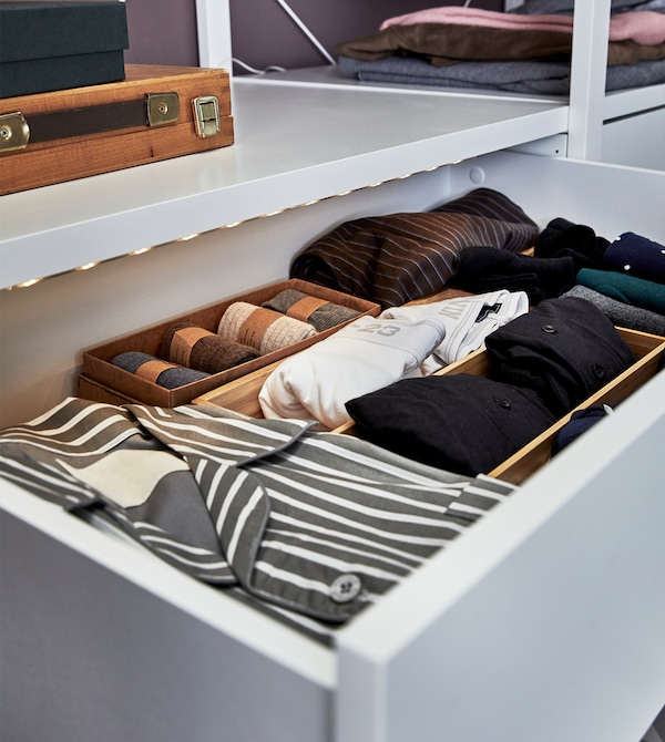 将内衣物放进带照明装置的抽屉里,方便取用时区分黑色和蓝色。