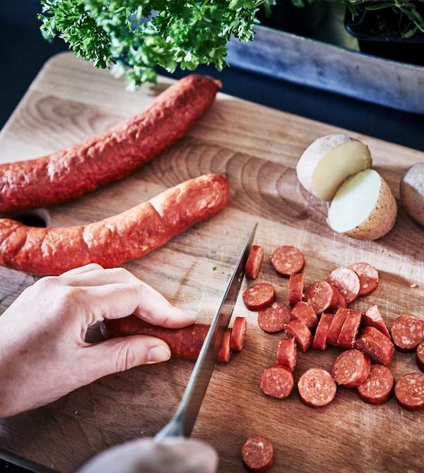 将平底锅中炒好的土豆丁和蔬菜倒入白色的碗中。
