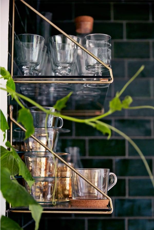 将水杯展示出来,方便客人自行取用。
