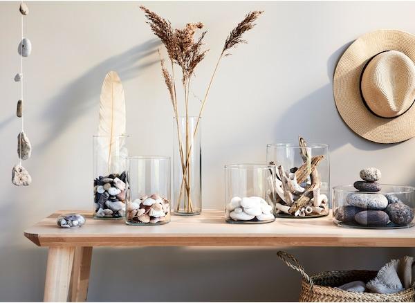 将夏日纪念品放在不同高度的玻璃花瓶里,构成漂亮的展示品,四季都可欣赏。
