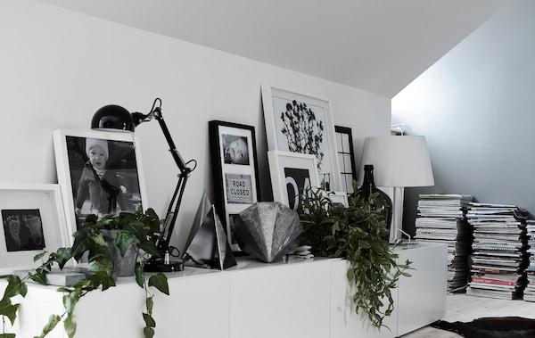 交叠的画框、灯具和装饰品,共同打造出令人惊艳的搁板展示。