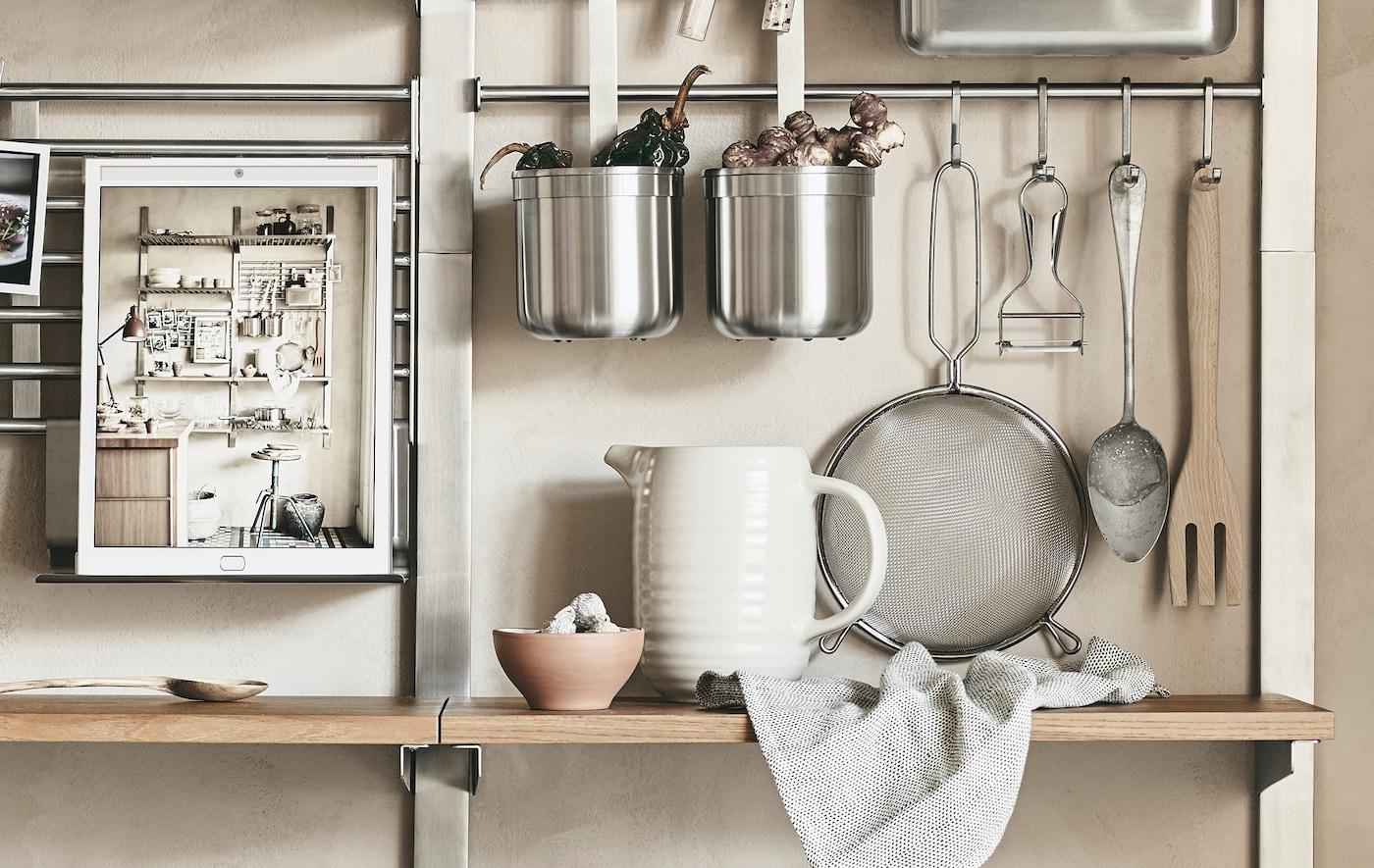 金属挂杆和木质搁板上有厨房用品。