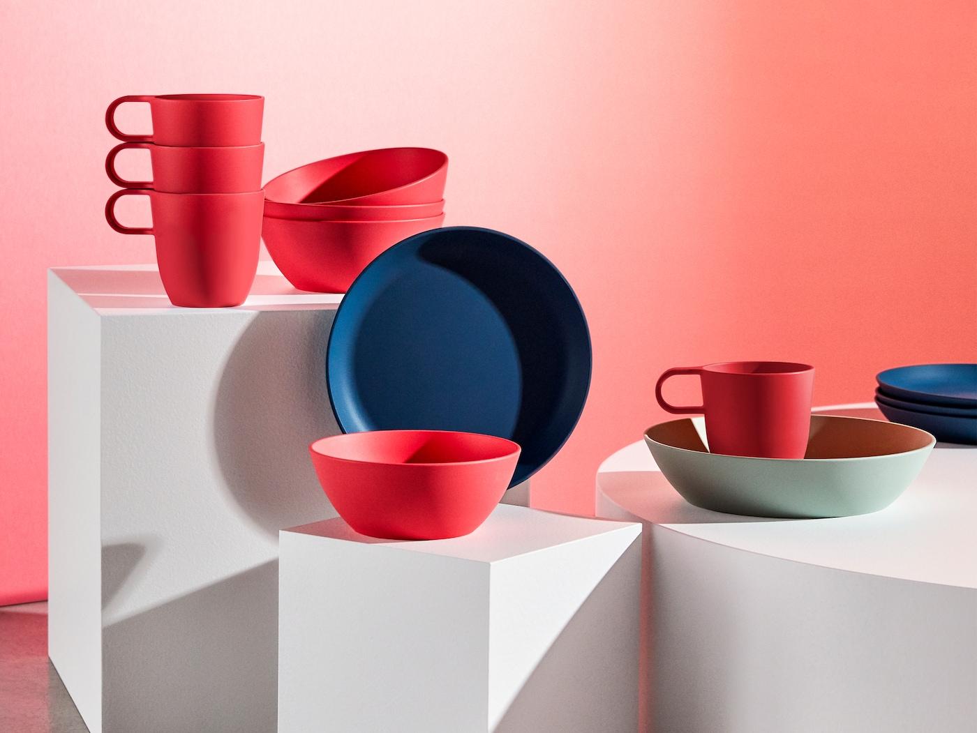 精选亮红色、浅绿色和深蓝色的 TALRIKA 塔利卡 杯子和碗盘。