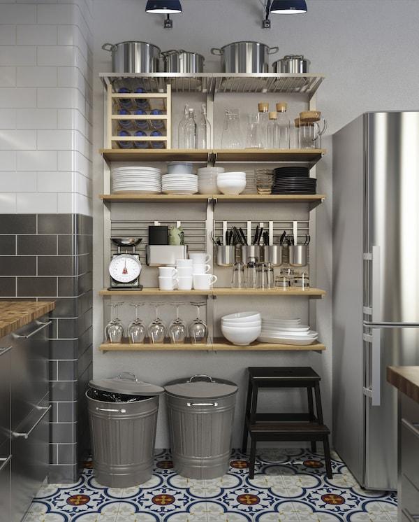 巨大的壁式储物方案,包括木搁板、容器、挂杆、格网等物品,可以存放许多厨房用具。