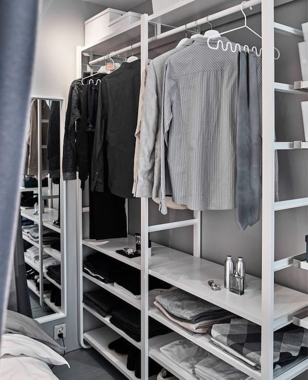 开放式衣柜与睡眠空间共享一片小空间。