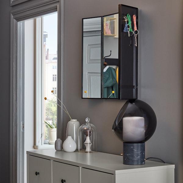 KARMSUND 卡宋德 镜子挂在墙上,钥匙悬挂在可调节边镜背后的挂钩上。