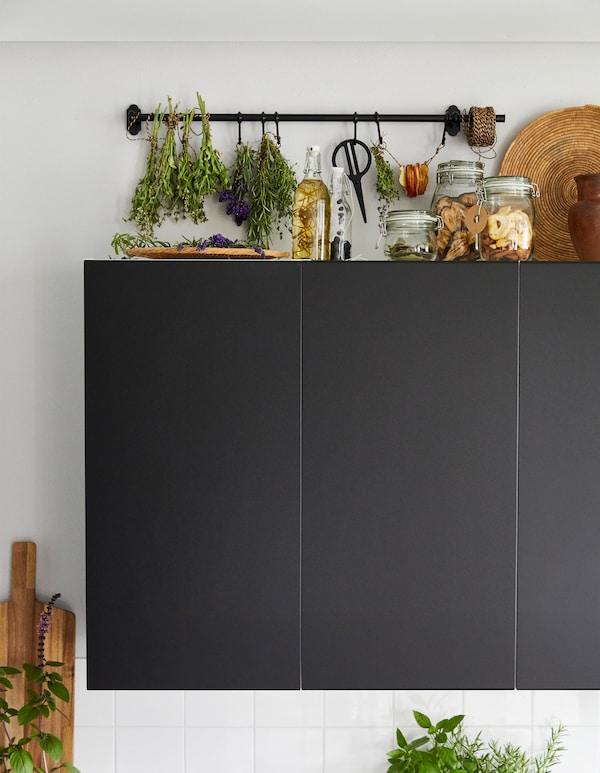 可以利用宜家的产品,在橱柜顶部空间制作一个这样的香草晾晒架。你可以使用田园风格的 FINTORP 芬托 黑色涂粉末漆钢和镀锌挂杆。把成捆的香草系在挂杆或者挂钩上。