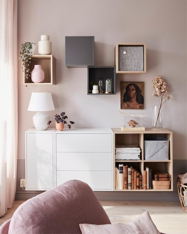 客厅里摆放着 EKET 伊克特 白色橡木纹储物柜和躺椅,储物柜上放着植物和灯具。