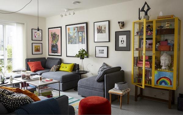 客厅里摆放着灰色模块式沙发,上面放着五颜六色的靠垫。