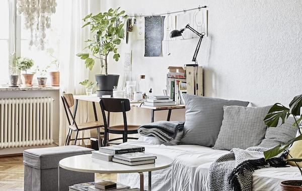 客厅里摆有中性色调的沙发和书桌。