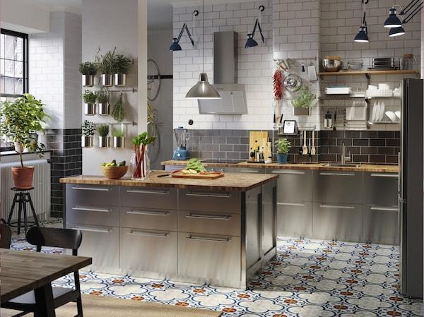宽敞的厨房里有不锈钢前板、橡木/贴面操作台面、蓝色工业风工作灯和装在容器里的香草。