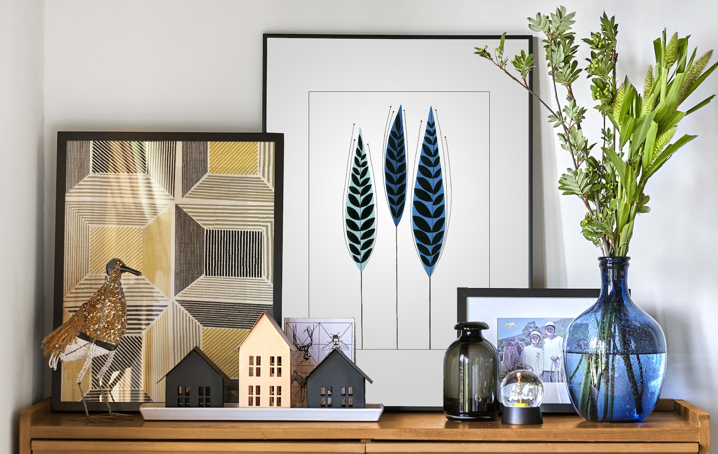 Layered pictures, ornaments and vases.