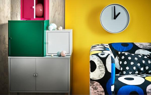 了解如何将鲜亮的印花、暖色调和色块混搭在一起。多彩有趣是今年春天室内家居的色彩流行趋势。何不搭配 LIXHULT 利克胡 储物柜,或者试试我们新升级的 KLIPPAN 克利帕 多彩垫套呢?
