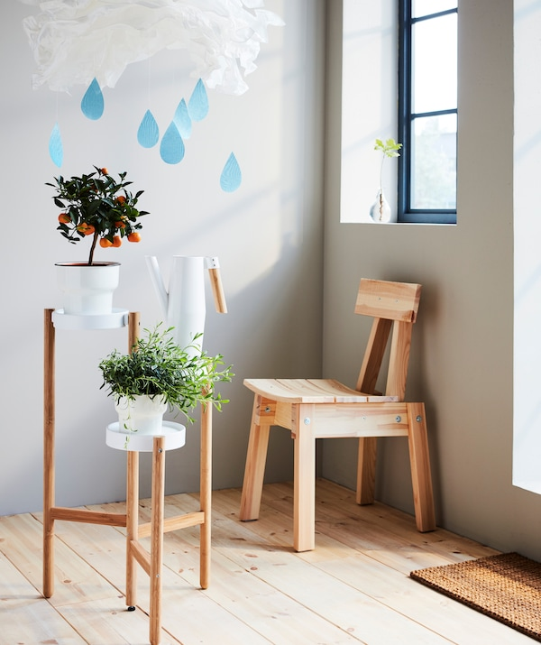Let a corner be a playful meeting place of a made-up raincloud and very real plants and light. Sit back in your INDUSTRIELL chair, water the plants resting atop the SATSUMAS stand and truly relax.
