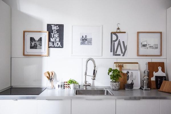 利用挂件打造易于更换的墙面展示空间。