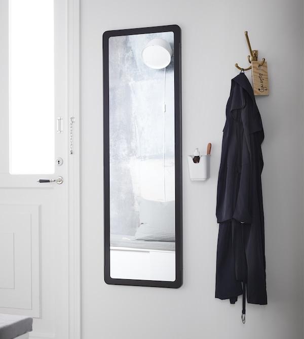 利用宜家的门厅储物件,以巧妙的方式改造你的小门厅。急着出门,需要快速化妆?将你最喜爱的香水和口红放在镜子旁的餐具架上,就能快速化好妆,惊艳出发了。